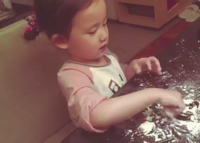 多妹帮爸爸包饺子
