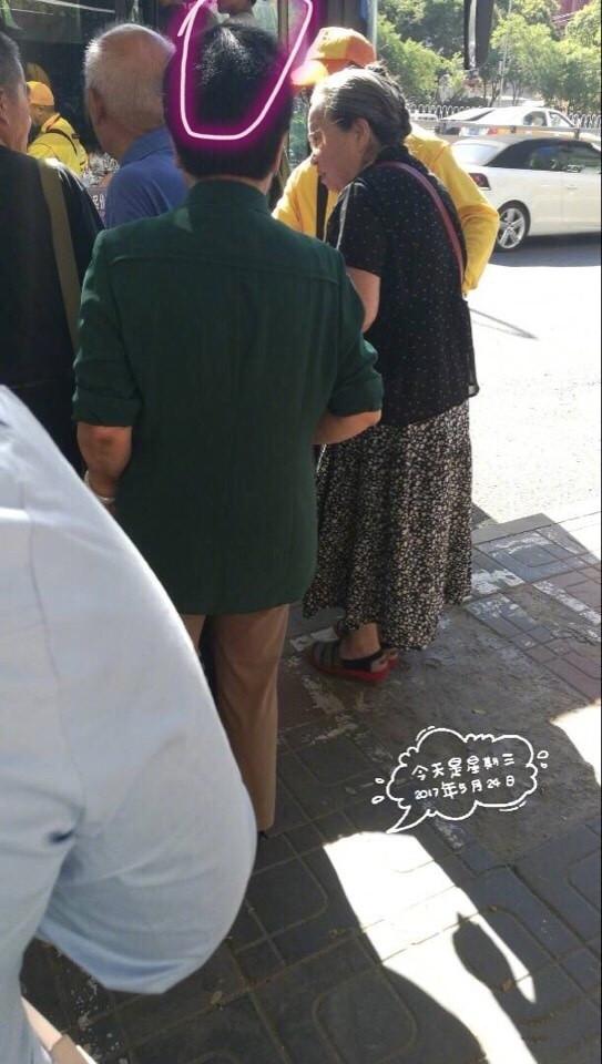 德艺双馨!李明启老师公交车站主动排在队尾