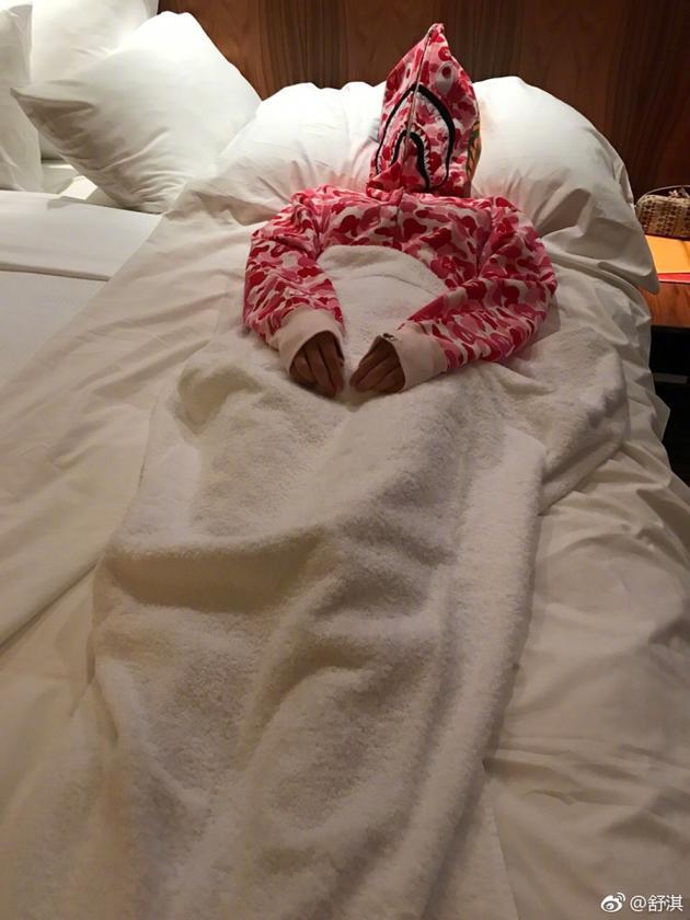 舒淇睡觉防蚊有高招 变身奥特曼搞怪滑稽超可爱