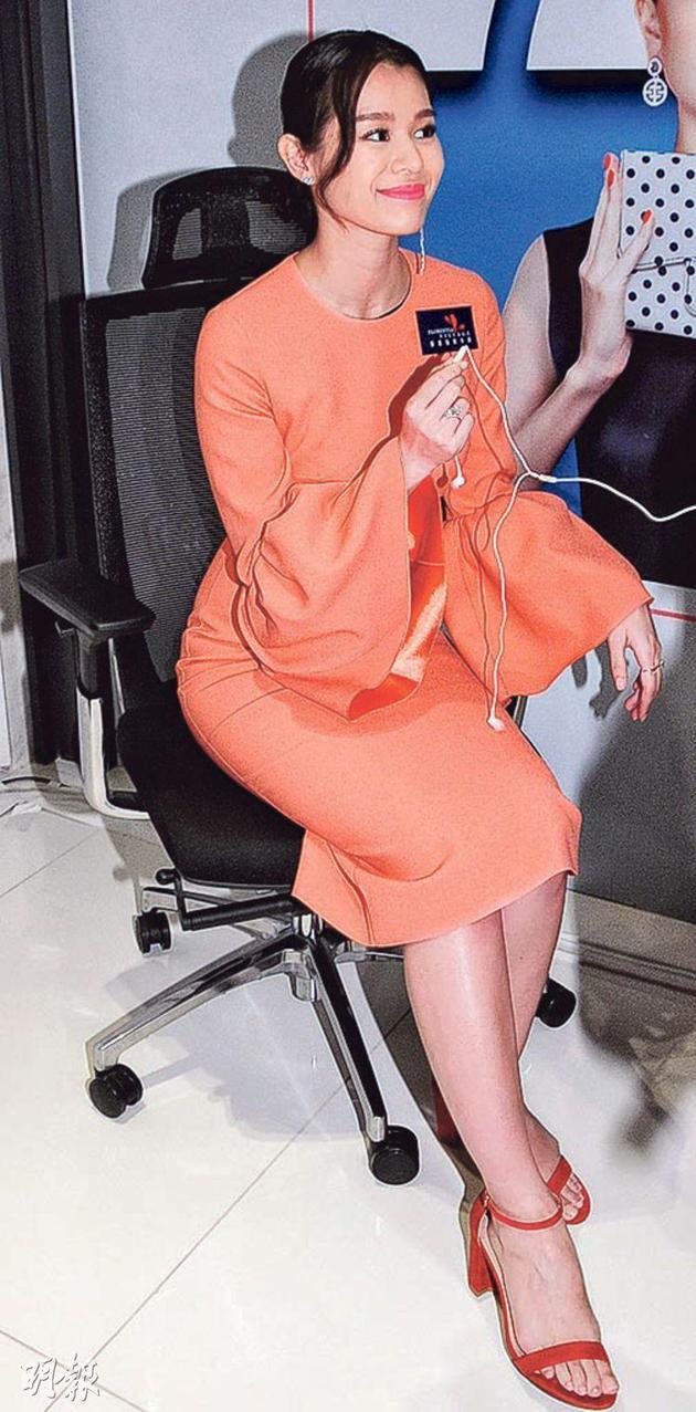 怀孕4个月的胡杏儿获大会安排椅子,让她坐下来接受传媒访问,还获赠婴儿用品作贺礼。