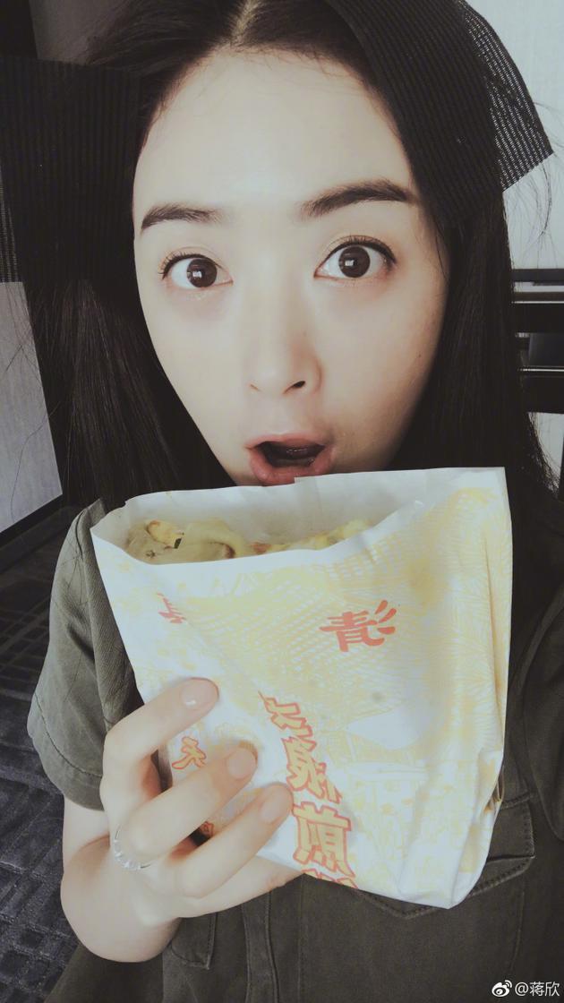 蒋欣吃煎饼果子