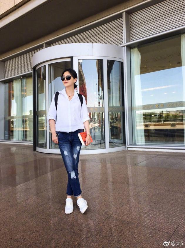 大S白衬衫牛仔裤简单利落 时尚自然青春似少女