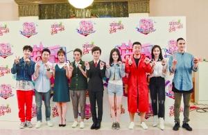 """吴昕、李维嘉、何炅、谢娜和杜海涛(从左至右)组成的""""快乐家族"""",已是国内最知名的主持天团。"""