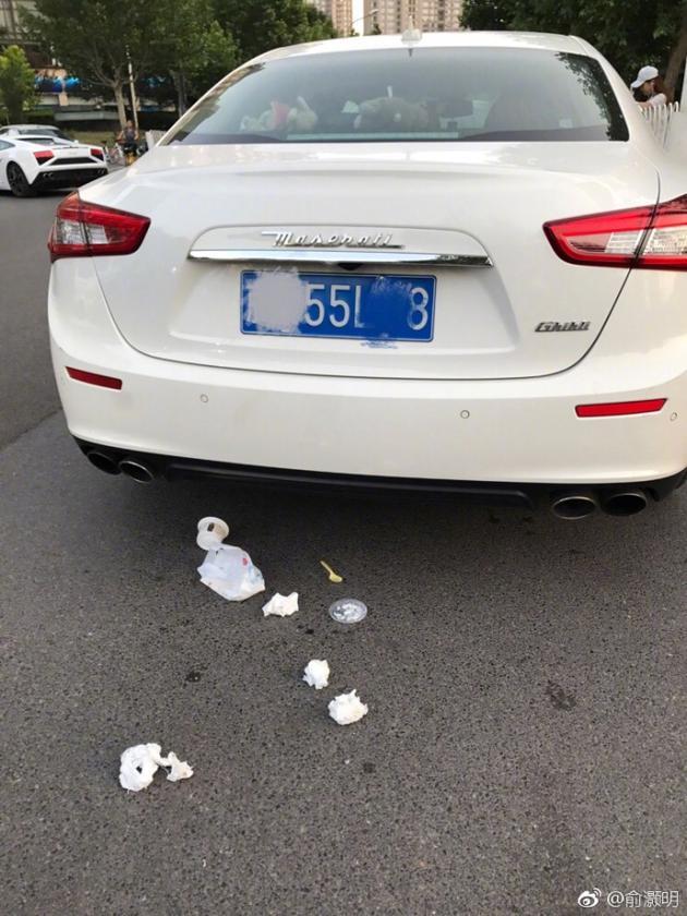俞灏明劝阻豪车车主乱丢垃圾无果 帮其清理