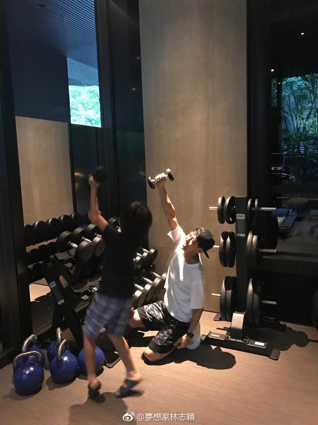 林志颖携Kimi健身超有爱 网友:黑米哥哥长得好高