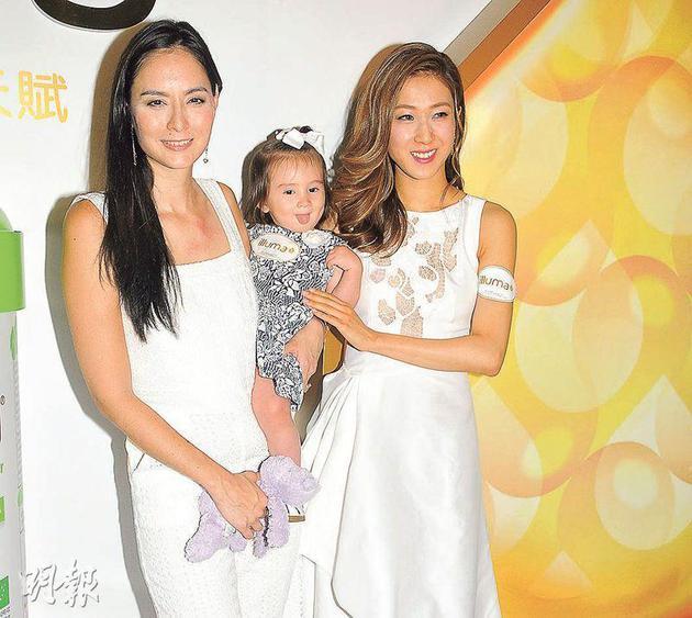 Ana R.(左)带同一岁半女儿Maya出席活动,合照时钟嘉欣(右)也忍不住摸摸Maya。