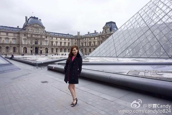 51岁女星恋小20岁富二代 穿热裤逛街身材不输少女