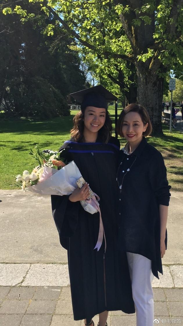 毛舜筠和女儿毕业时合照