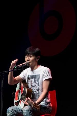 李荣浩第一把吉他是父亲送给他的