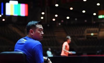目前,孔令辉正在带队参加在德国杜塞尔多夫世乒赛。这是5月28日,孔令辉在杜塞尔多夫观看中国女队备战世乒赛的照片。  新华社发