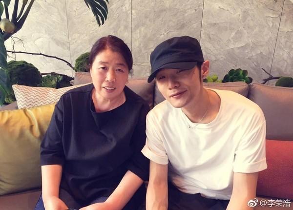 李荣浩与母亲