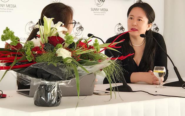 亚太未来影视公司董事长董文洁接受媒体采访
