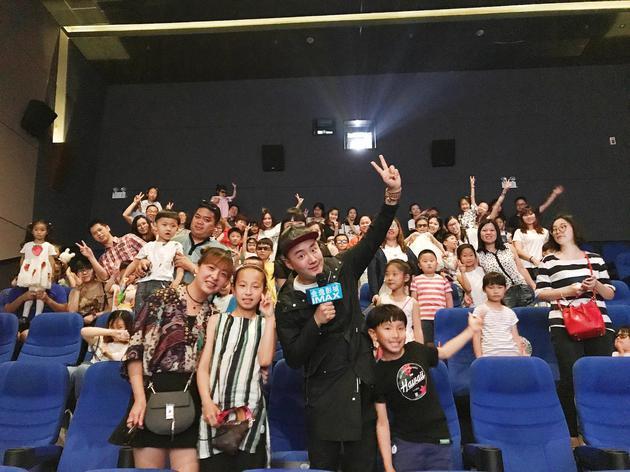 观看《三只小猪2》后观众开心合影