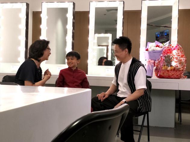 《翅膀》阎维文携京剧名家李胜素为萌娃圆梦六一