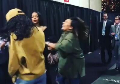 """蕾哈娜在后台给了闺蜜""""一拳"""""""