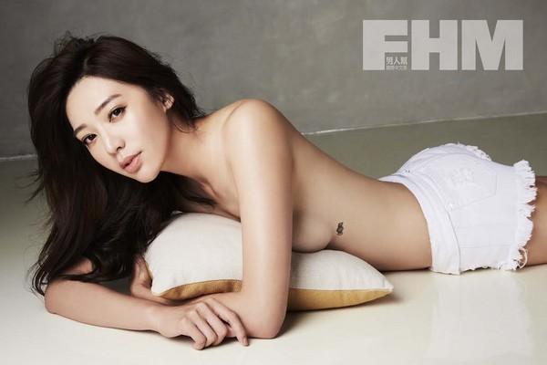 王心恬胸下的性感刺青首次亮相。(图/FHM提供)