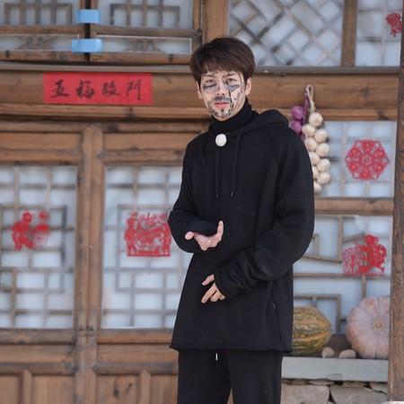 王嘉尔称后悔参加综艺 无奈:没表情会被批臭脸