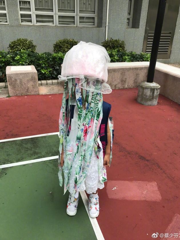 蔡少芬为女儿做简易水母头饰