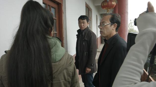 """戴眼镜的中年男子是""""王叔"""",中央的年轻男子是""""大庆"""""""