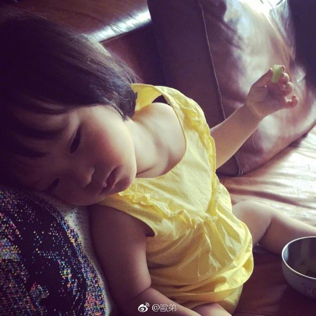 欧弟女儿吃葡萄不忘摆pose 斜倚沙发可爱又傲娇