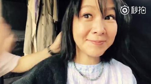 刘若英剪头发素颜出镜气色好 自侃要重新做人