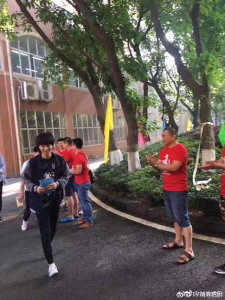 曝王俊凯考场外遭私生饭围追堵截 官博发文谴责