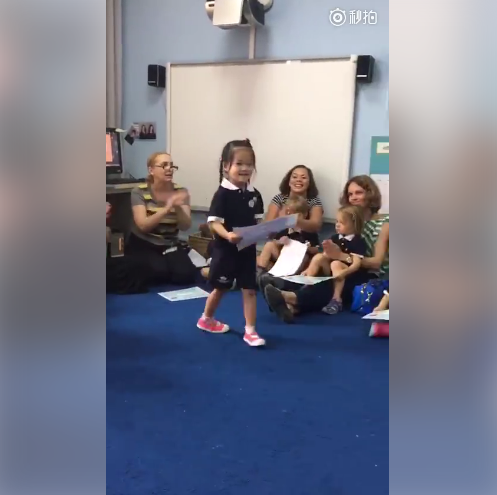 梅婷记录女儿第一次获奖状 快快梳羊角辫超可爱