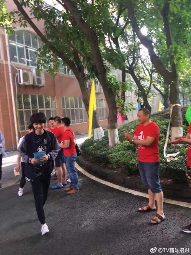 王俊凯被老师送考笑容满面