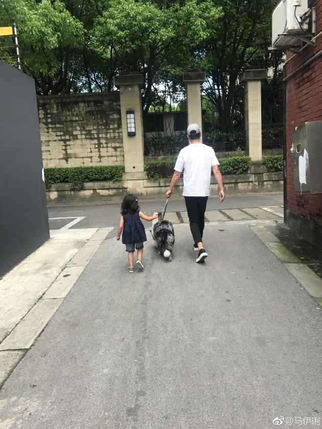 马伊琍晒文章带小女儿遛狗照 手牵手背影超有爱
