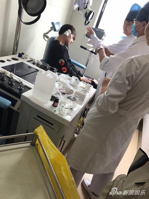 杨洋右耳受伤接受治疗照片外流 官博呼吁尊重隐私