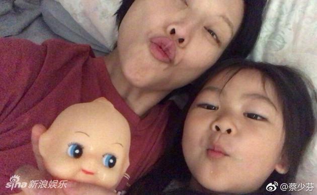 蔡少芬晒与女儿同床素颜照 睡眠不足也甜美