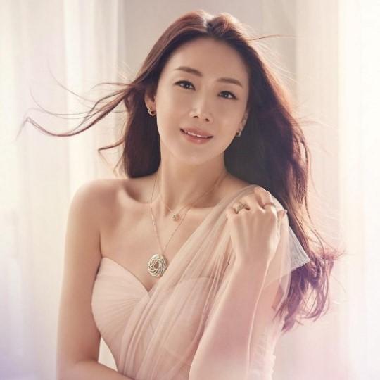 崔智友拍写真照披薄纱 42岁保养得宜状态好