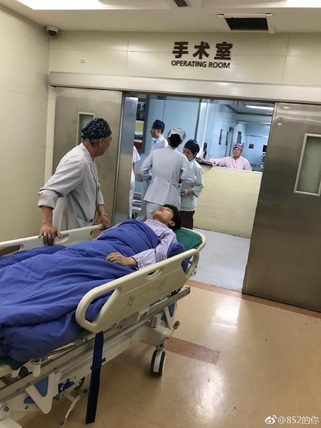 杨洋进手术室照片曝光 穿病服躺着一脸憔悴惹心疼