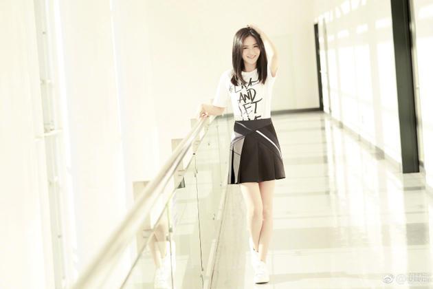 谢娜身穿超短裙大秀美腿 美丽可人清纯宛如学生