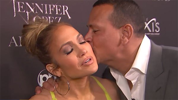 男友对珍妮弗·洛佩兹献吻