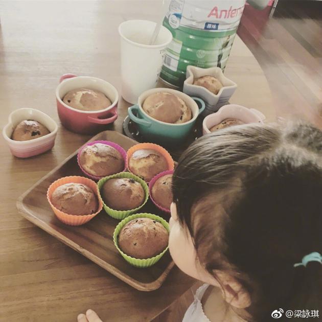 梁咏琪早起为女儿做甜点 Sofia可爱双马尾超呆萌