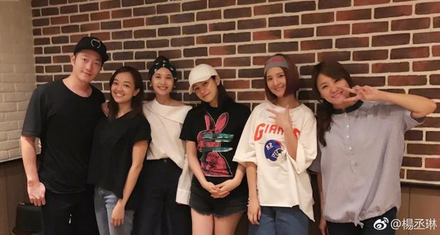 杨丞琳与姐妹台北聚会 辣妈陈妍希热裤秀美腿