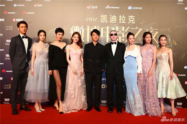 冯小刚《芳华》剧组亮相2017微博电影之夜红毯