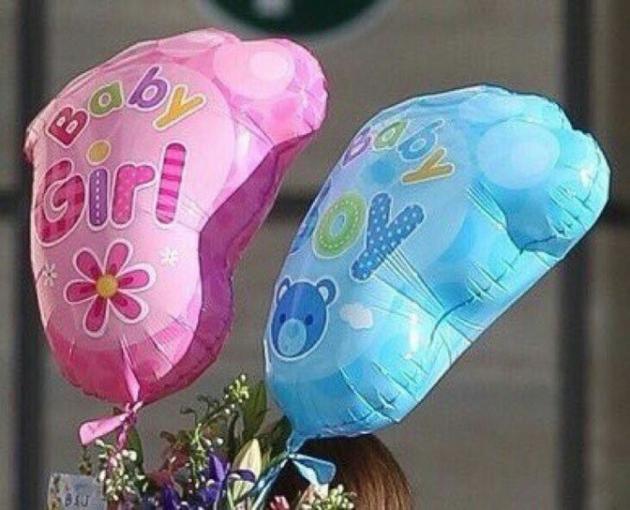 气球上写着girl和boy的标志
