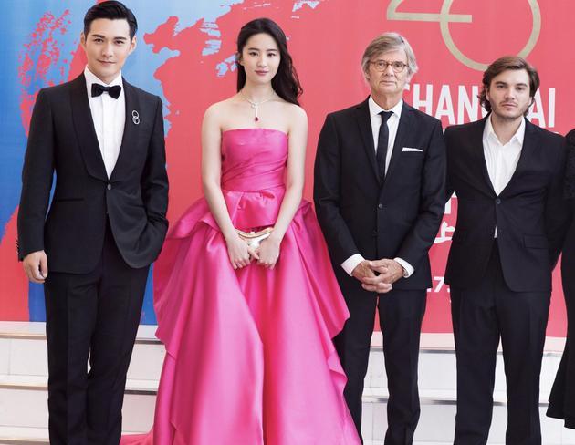 刘亦菲与《烽火芳菲》主创在上影节,右二为导演比利.奥古斯特。