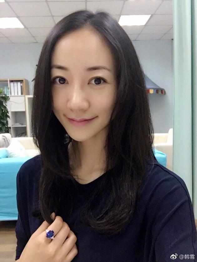 照片中,她性感卷发披肩素颜出镜,看起来正准备为头发做造型.