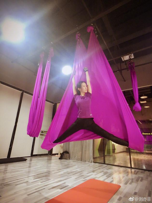 刘亦菲练空中瑜伽劈一字马 健康美的天仙同样好看