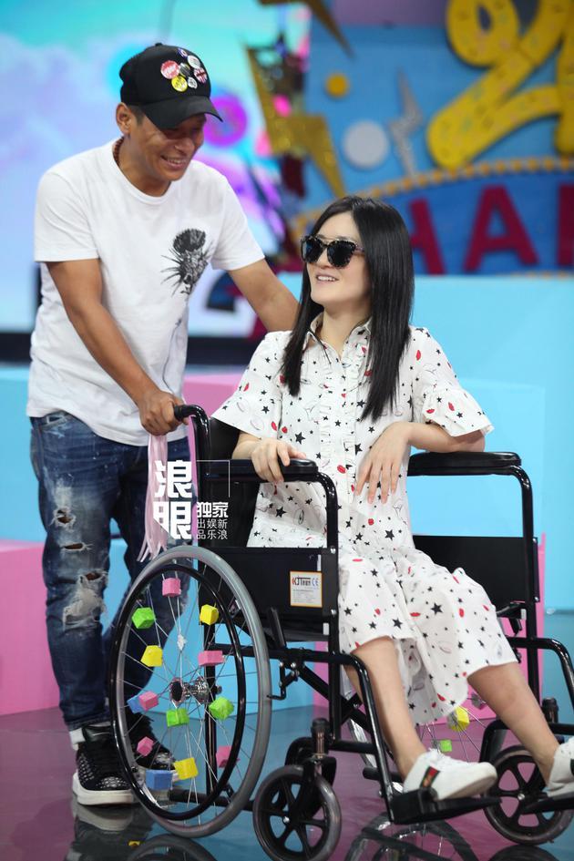 谢娜韧带拉伤老伤复发 坐轮椅坚持录《快本》