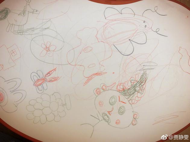 修杰楷和咘咘在桌上画画
