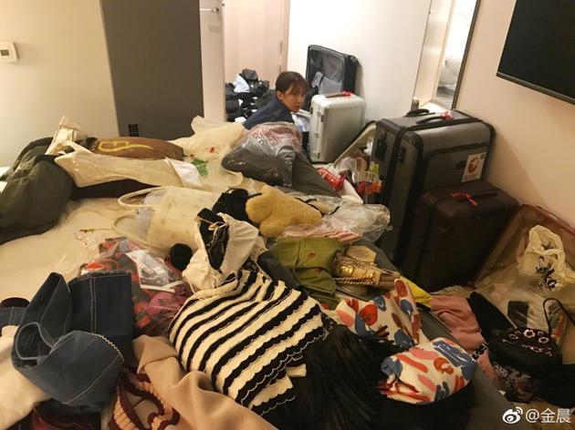 金晨蹲在角落收拾行李衣服满天飞 自嘲找不到自己