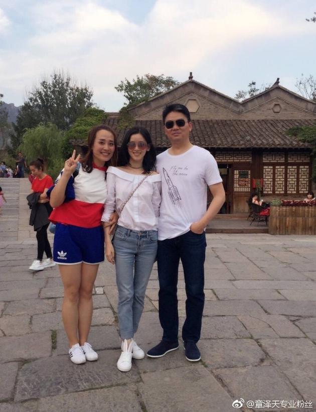 网友偶遇刘强东奶茶妹妹游玩