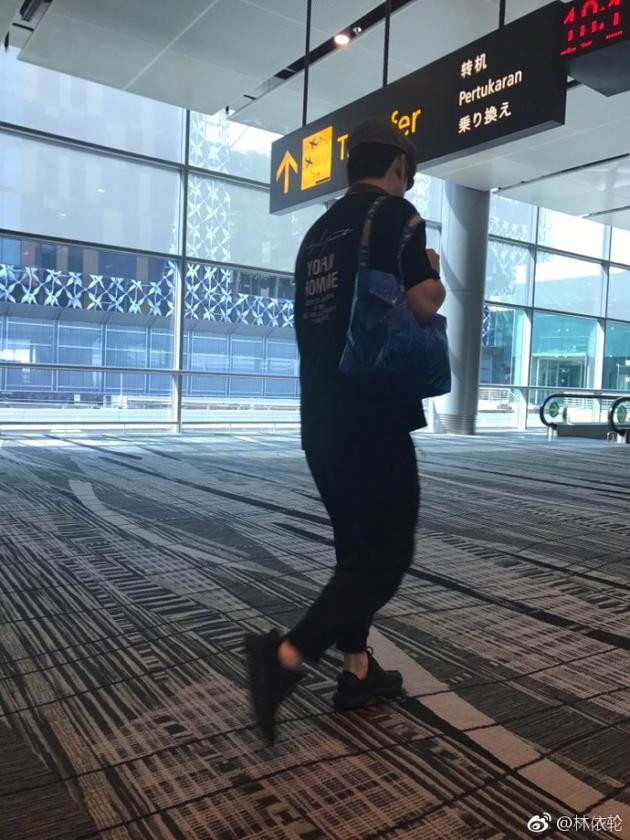 林依轮机场遇故障飞机晚点 疲惫瘫坐地下让人心疼