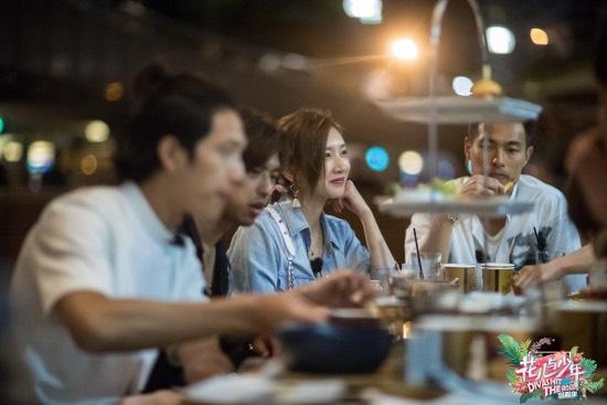 江疏影餐桌边