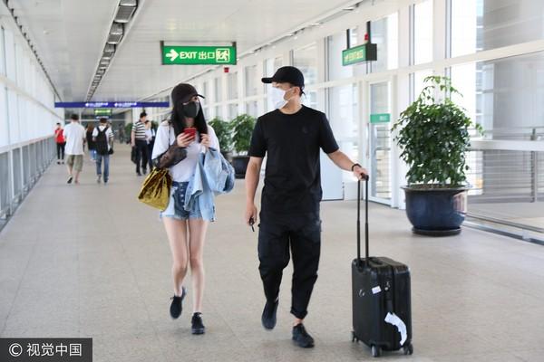 这阵子杨幂到香港,刘恺威都会前去接机。