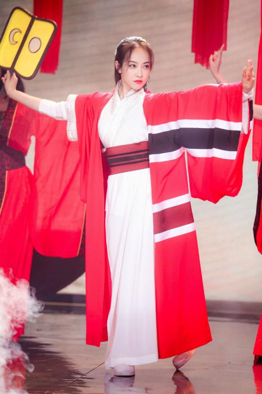 《快本》宋茜冷艳红妆秀舞技 扮东方不败气场足
